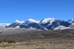 Rotar korkade berg för härlig snö av bitterhet område Montana arkivbild