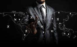 Rotas do homem de negócios e do avião no mapa do mundo fotos de stock royalty free