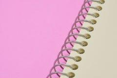Rotatienotitieboekje van draad wordt gemaakt die Stock Fotografie