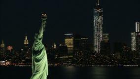 Rotation autour de la statue du paysage de liberté et de nyc banque de vidéos