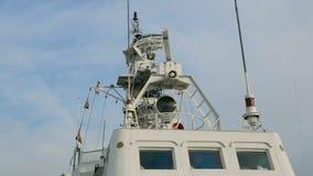 Rotation av radar på övredäck av krigsskeppet arkivfilmer