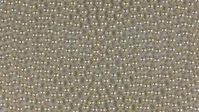 Rotation d'une spirale des perles blanches se trouvant sur un tissu blanc clips vidéos