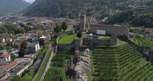 Rotation de château de Bellinzona - 4K aérien banque de vidéos