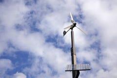 Rotation de turbine de vent de panneaux solaires Photo libre de droits
