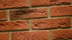 Rotation des roten dekorativen Ziegelsteines mit Sprüngen Maurerarbeithintergrund Zahl Block stock video