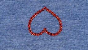 Rotation du coeur présenté des fausses pierres rouges, fond romantique avec l'espace de copie banque de vidéos