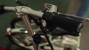 Rotation femelle principal pour mettre en marche ambiant la bicyclette électrique sûre, transport d'eco banque de vidéos