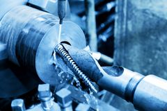 Rotation industrielle, filetant la machine au travail Photographie stock libre de droits