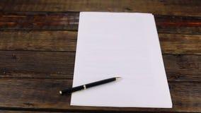 Rotation, stylo se trouvant sur une bonne feuille de papier, avec l'espace de copie clips vidéos