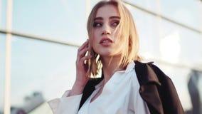 Rotationsansicht einer attraktiven sexy jungen Geschäftsfrau, die an ihrem Telefon, Kontrollen die Zeit spricht Das Geschäftszent stock video