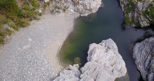 Rotationsansicht von der Spitze von einem Fluss stock footage
