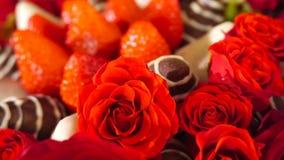 Rotationsskönhetbukett med rosa och jordgubbe i chokladglasyr på kaka långsam rörelse lager videofilmer