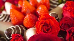 Rotationsskönhetbukett med rosa och jordgubbe i chokladglasyr på kaka långsam rörelse stock video