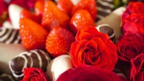 Rotationsskönhetbukett med rosa och jordgubbe i chokladglasyr på kaka långsam rörelse arkivfilmer