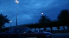 Rotatory κατώτερη γέφυρα στην πόλη με τις θαμπάδες απόθεμα βίντεο