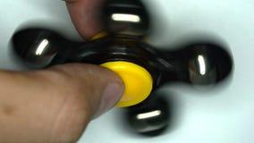 Rotazione del filatore sulle dita all'alta velocità stock footage