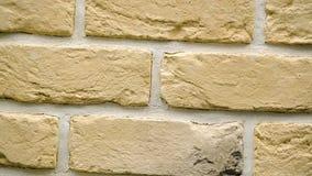 Rotazione del mattone decorativo giallo per la casa Fondo della muratura Figura blocco stock footage