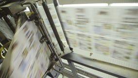 Rotazione del nastro trasportatore dei prodotti stampati in pianta stock footage