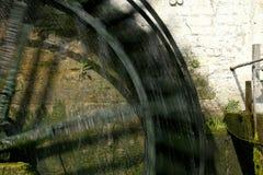 Rotazione della ruota a pale di un mulino a acqua storico immagine stock libera da diritti