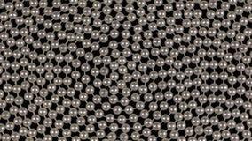 Rotazione di una spirale delle perle bianche che si trovano su un panno nero video d archivio
