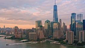 Rotazione lenta del fuco intorno all'orizzonte del Lower Manhattan archivi video