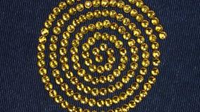 Rotazione, primo piano di una spirale dei cristalli di rocca Priorit? bassa d'avanguardia stock footage