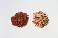 Rotbrauner Reis auf weißem Hintergrund Lizenzfreie Stockfotografie