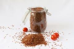 Rotbrauner Reis, Kirschtomaten, weißer Hintergrund stockfoto