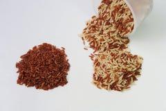 Rotbrauner Reis und messende Schale stockbilder