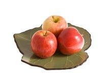 Rote Äpfel auf der Platte Stockfotos
