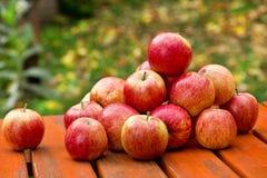 Rote Äpfel auf der Tabelle Stockfotografie