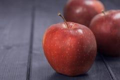 Rote Äpfel auf einem dunkelblauen Hintergrund Stockfoto