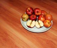 Rote Äpfel auf einer Platte Lizenzfreies Stockfoto