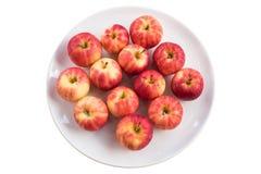 Rote Äpfel auf einer Platte Stockbilder