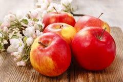 Rote Äpfel auf Holztisch Stockfotos