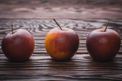 Rote Äpfel auf Holztisch, selektiver Fokus Stockfotos