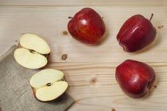 Rote Äpfel auf Naturholz Stockfotografie