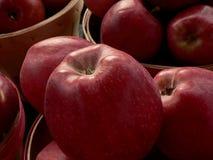 Rote Äpfel in den runden Körben Stockbild
