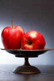 Rote Äpfel in der Schüssel Stockbilder