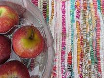 Rote Äpfel in der Schüssel Wasser stockbilder
