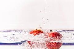 Rote Äpfel im klaren Wasser lizenzfreie stockfotos