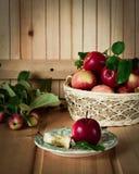 Rote Äpfel im Korb Stockfotografie
