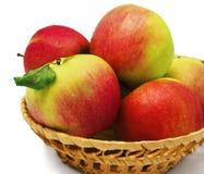 Rote Äpfel im Korb Stockbild