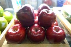 Rote Äpfel im Markt Stockfoto