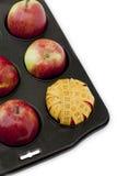 Rote Äpfel im Muffintellersegment Stockbilder