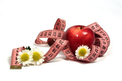 Rote Äpfel, Kamille und Zentimeter. Stockfotos