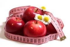 Rote Äpfel, Kamille und Zentimeter. Lizenzfreies Stockfoto