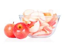Rote Äpfel mit der Glasschüssel getrennt auf Weiß Lizenzfreie Stockfotografie