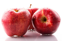 Rote Äpfel mit Tropfen Lizenzfreie Stockfotos