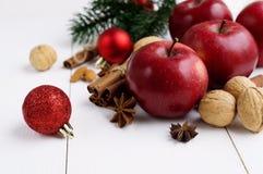 Rote Äpfel mit Weihnachten würzt Dekoration Lizenzfreie Stockfotos